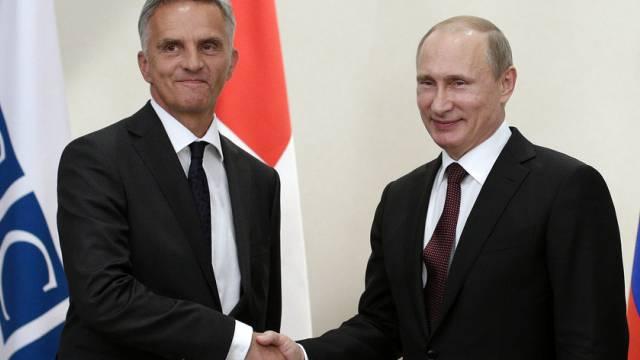 Burkhalter bei seinem Treffen mit Putin im Juni (Archiv)