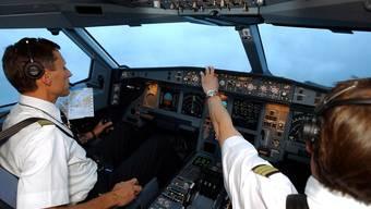 Zwei Swiss-Piloten in einem Airbus A340. (Archiv)