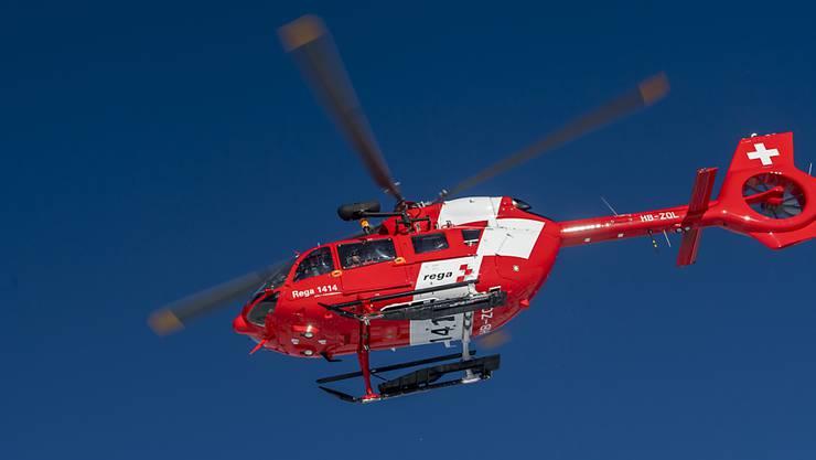 Der schwer verletzte Mann wurde mit einem Helikopter der Rega ins Spital geflogen. (Symbolbild)