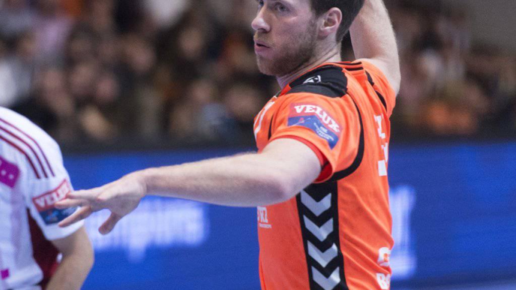 Gabor Csaszar (am Ball) bleibt bis 2021 bei Kadetten Schaffhausen