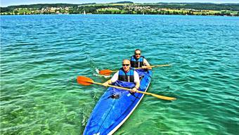 Für die Flusstour holen Markus Kirchhofer (vorne) und Beat Röthlisberger das Faltkajak aus dem Birrwiler Bootshaus am Hallwilersee.