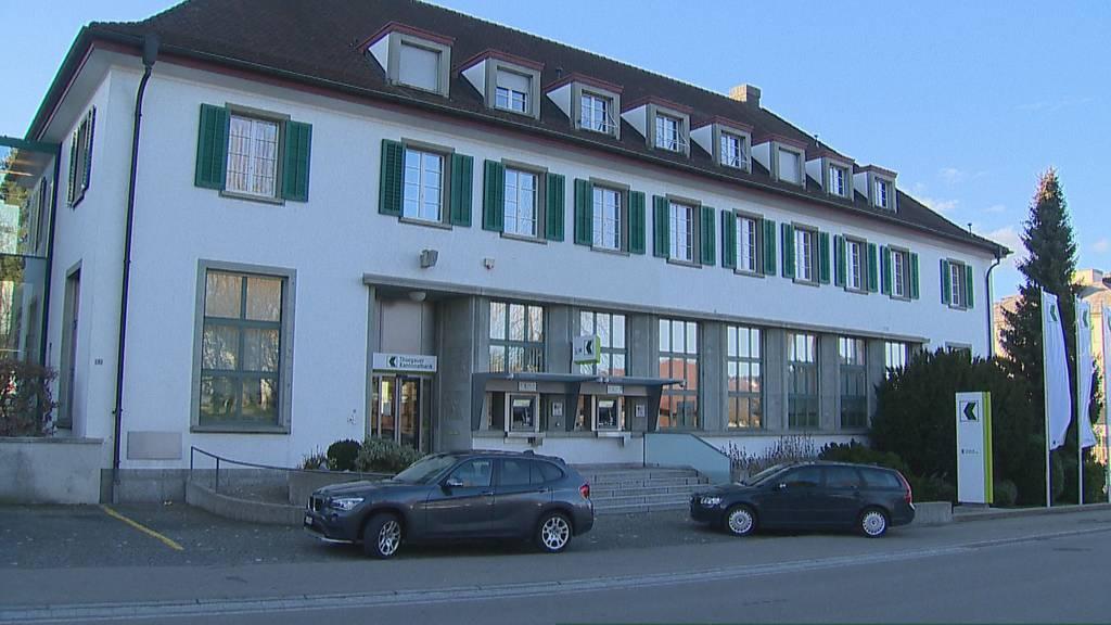 Ein bewaffneter Mann hat am Freitagnachmittag die Geschäftsstelle der Thurgauer Kantonalbank in Sirnach überfallen. Die Kantonspolizei Thurgau sucht Zeugen.