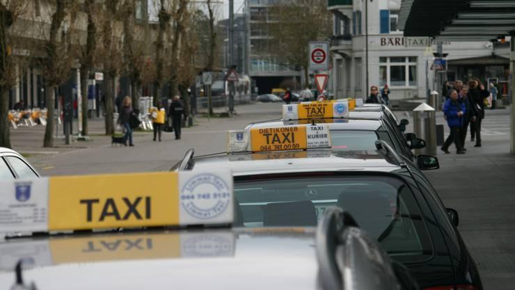 Am Bahnhof Dietikon stehen die Taxis bereit für die Kundschaft – im Bezirk gibt es insgesamt sechs Firmen mit Fahrdiensten und der Konkurrenzkampf ist entsprechend gross.