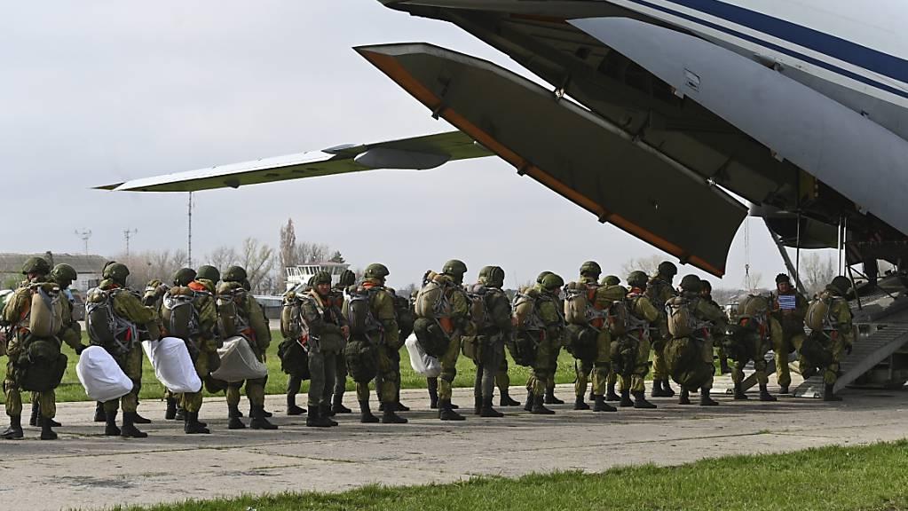 Russische Fallschirmjäger steigen in ein Flugzeug für Luftlandeübungen während Manövern in Taganrog.