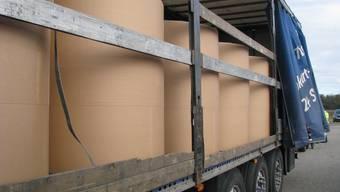 Die tonnenschweren Papierrollen hätten etwa bei einer Kollision die dünnen Seitenläden durchschlagen.