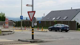 In Oetwil entsteht an dieser Stelle bis Sommer 2018 ein Kreisel (an der Einmündung von Dorf- und Schweizäckerstrasse in die Limmattalstrasse).