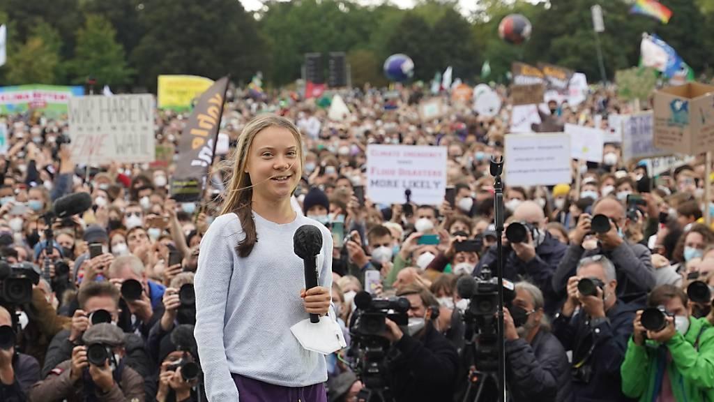 Die schwedische Klimaaktivistin Greta Thunberg spricht bei einer Demonstration von «Fridays for Future» vor dem Bundestag. Die Aktivisten fordern sozial gerechte und effektive Maßnahmen, um den globalen Temperaturanstieg auf 1,5 Grad Celsius zu begrenzen. Foto: Jörg Carstensen/dpa