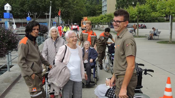 Austausch unter Generationen – Begegnungen auf Augenhöhe. Zivilschützer sorgen für Sicherheit auf dem Ausflug und wecken mit einer Prise Humor die Freude der Reisenden.