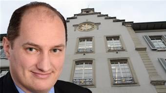 Daniel Roth vor dem Aarauer Rathaus. (Fotomontage)