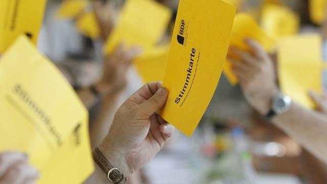 Delegierte der BDP halten Stimmkarten in die Höhe (Archiv)