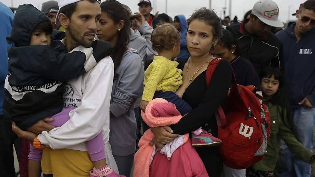 Venezolanische Flüchtlinge an der Grenze zu Peru: Seit 2015 sind bereits 1,6 Millionen Menschen aus dem krisengeschüttelten Venezuela geflohen. (Archivbild)