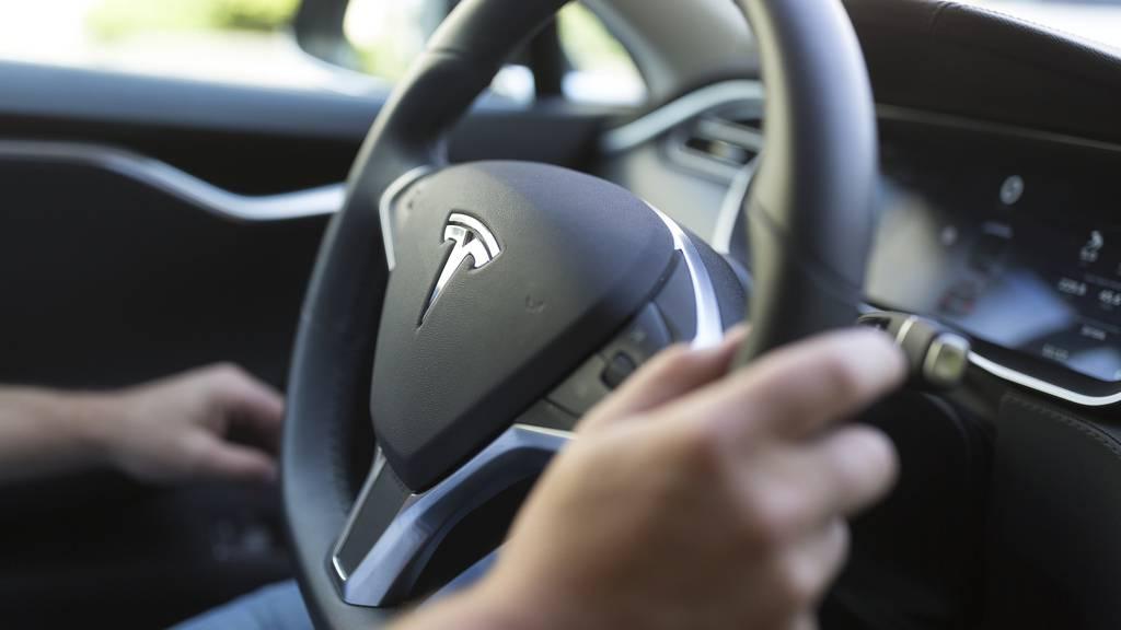 Tesla Steuerrad