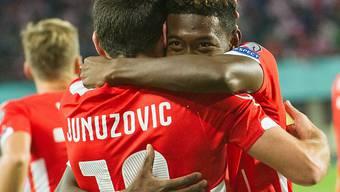 Im Freudentaumel: Torschütze David Alaba umarmt Zlatko Junuzovic