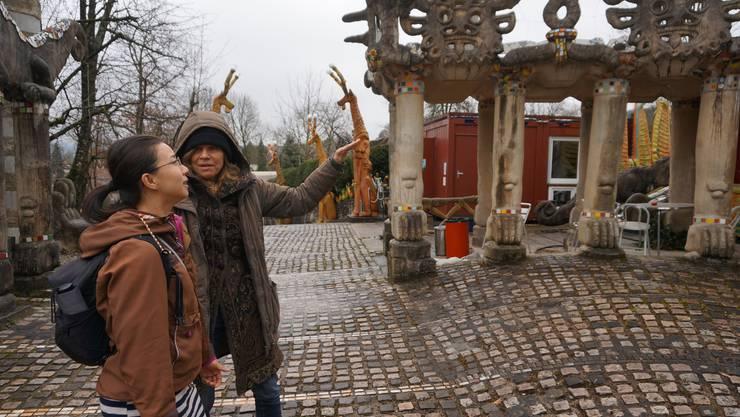 Hier führt Isabelle Cart, Präsidentin der Bruno-Weber-Stiftung, die Touristin Kyna Wong aus Hongkong in Bruno Webers Welt ein.