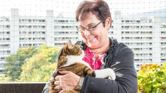 Dagmar Heuberger mit ihrem Kater Moritz auf dem Balkon ihrer Wohnung.
