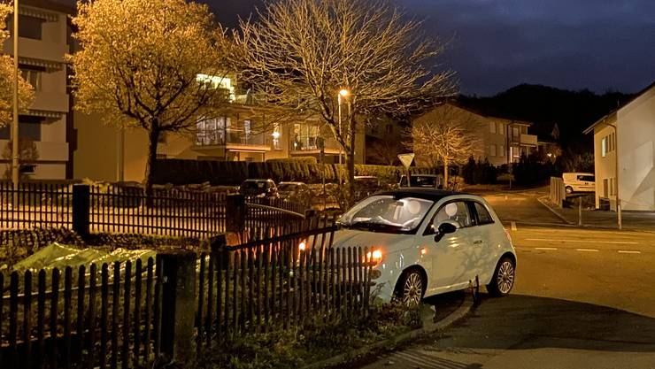 Sarmenstorf AG, 31. Dezember: Eine Autofahrerin verlor die Kontrolle über ihr Auto und fur in einen Gartenzaun. Sie hatte am Handy hantiert.