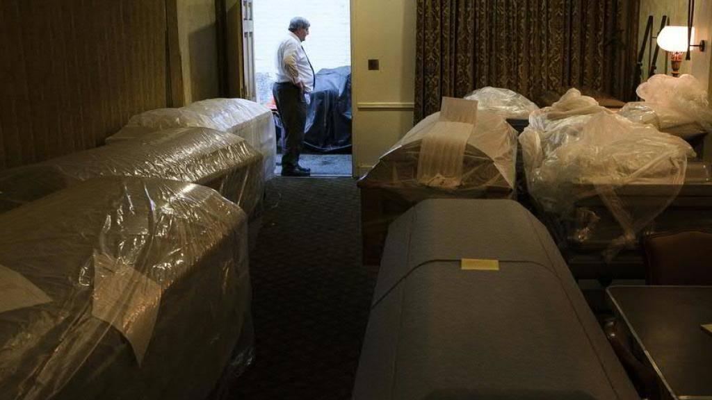 Dutzende Leichen in Lastern nahe New Yorker Bestatter entdeckt