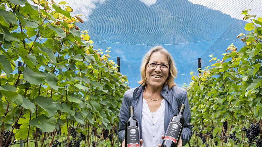 Winzerin Ruth Kempf aus Silenen UR präsentiert den Siegerwein in der Sparte Blauburgunder sortenrein des Zentralschweizer Weinpreises 2020.