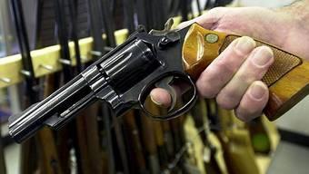 Der passionierte Wildhüter zeigte der Frau seine Waffen. Zwei Tage später schoss sie sich mit einem Revolver zweimal in den Oberkörper. (Symbolbild)
