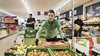 Lidl Schweiz bedankt sich bei den Mitarbeitenden: eine Verkäuferin in einer Schweizer Filiale (Archivbild).