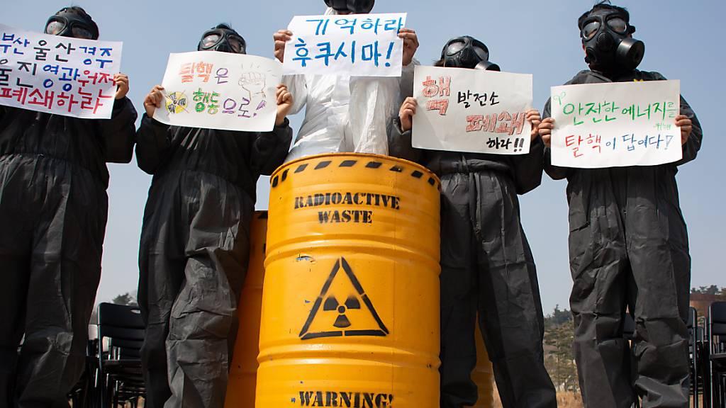 Koreanische Klima-Aktivisten warnen am 10. Jahrestag der Atomkatastrophe von Fukushima vor den Gefahren, die nach wie vor von kontaminierten radioaktiven Abfällen ausgehen. (Archivbild)