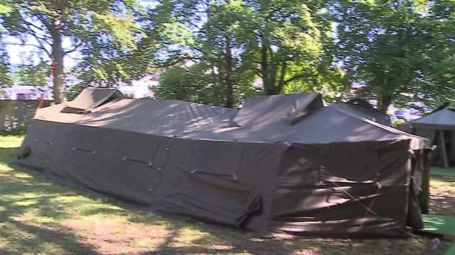 Erste Asylbewerber in Zeltlager eingezogen