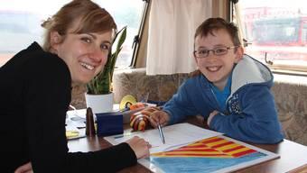 Nicola Muntwyler wird von Nora Muff in ihrem Wohnwagen unterrichtet, der gleichzeitig das Schulzimmer ist. AW