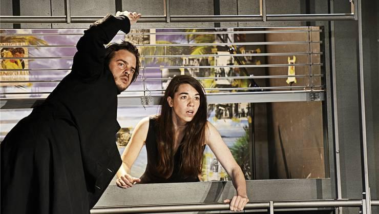 In den Hauptrollen spielen heute Abend Nicolas Batthyany (Romeo) und Judith Cuénod (Julia) – im Trockenen, nicht wie geplant in der Dietiker Kirchhalde.