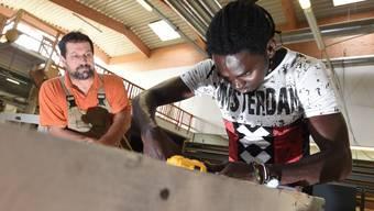 Die Integrationsvorlehre ist Teil eines vierjährigen Pilotprogramms, das dazu beitragen soll, das wirtschaftliche Potenzial junger Menschen besser auszuschöpfen und ihre Sozialhilfeabhängigkeit zu senken.