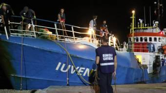 Italienische Behörden haben das Schiff einer deutschen NGO beschlagnahmt. Ihr wird Beihilfe zur illegalen Migration vorgeworfen.