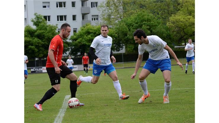 Florian Hengel (links) wie immer von zwei Gegnern bewacht, hier von Daniel Stucki und Drazen Cosic (rechts).