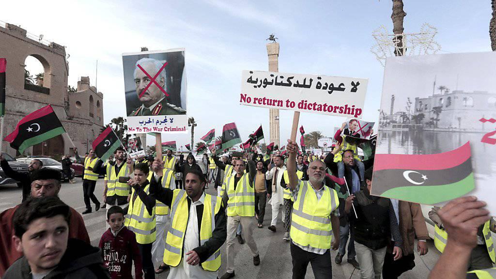 Einwohner von Tripolis protestieren in gelben Westen gegen den Versuch des abtrünnigen Generals Chalifa Haftar, die Hauptstadt Tripolis zu erobern. (Bild vom 19. April)
