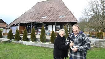 Voller Ideen fürs alte Haus: Angelica Vionnet und Jürg Minder mit Hündchen «Happy»