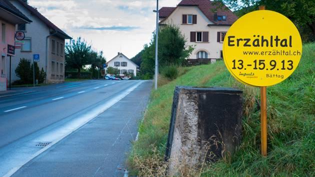 Der gelbe Punkt am Dorfeingang von Leimbach.