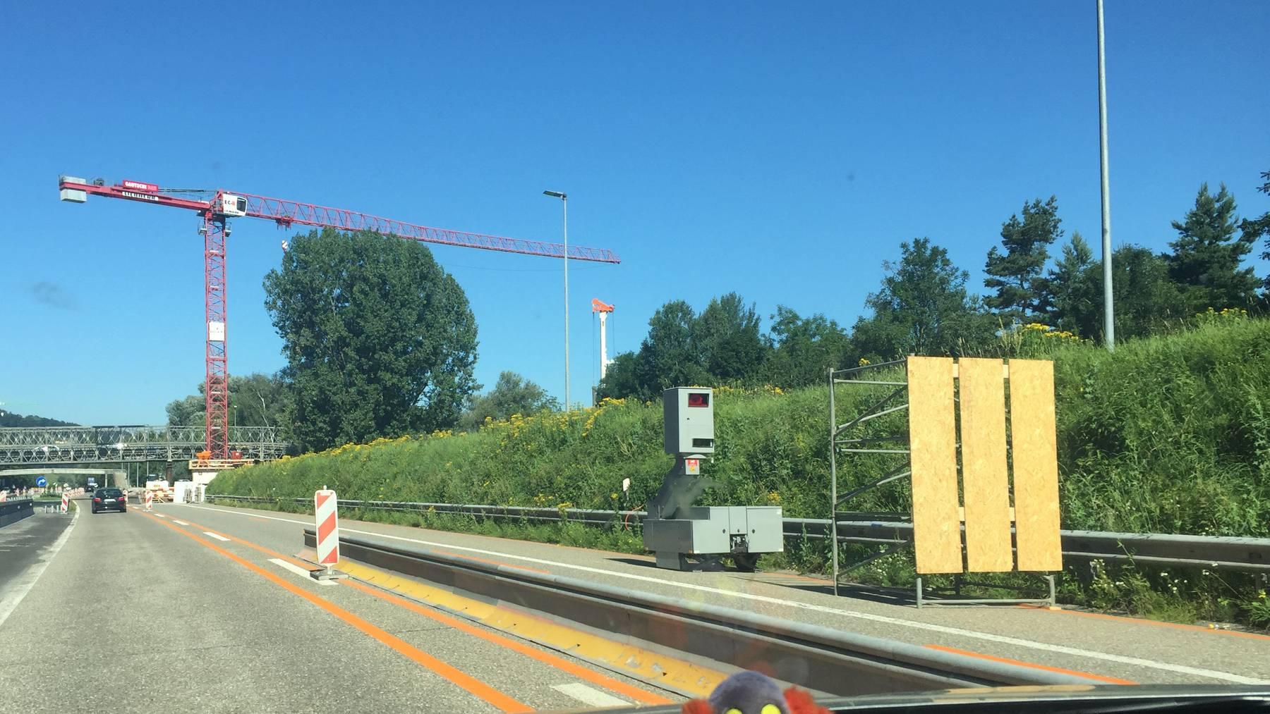 Eine Holzwand verdeckte bis Montagnachmittag den Blitzer auf der A1 bei St.Margrethen.