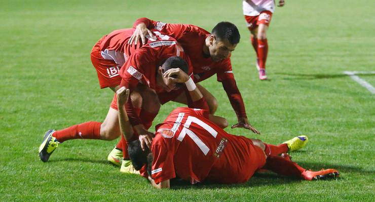 Kozarac (hinten), Sisc (Nr. 11) und Maroufi (77) beglückwünschen Dimita
