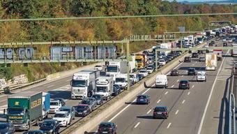Trotz klarer Annahme der Initiative werden sich auf den Autobahnen der Region weiterhin regelmässig Staus bilden.