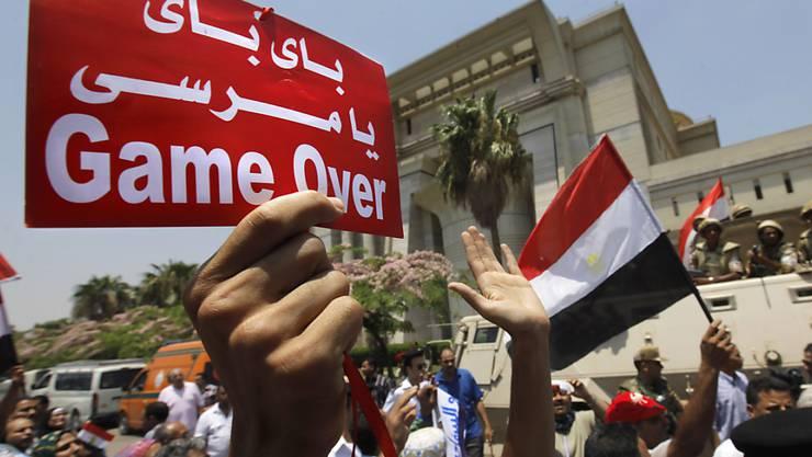 Protest vor dem Verfassungsgericht in Kairo: Ein Demonstrant, der auf dem Heimweg verhaftet wurde und zwei Jahr im Gefängnis sass, ist wieder frei. (Symbolbild)