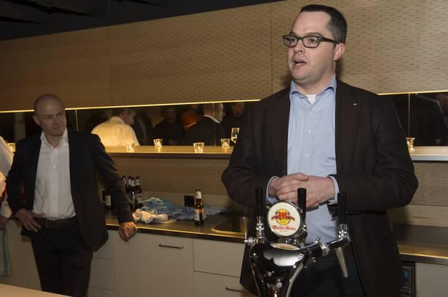 Roger Huber, rechts, und Peter Courvoisier an der Wahlfeier im ehemaligen Black Ball.
