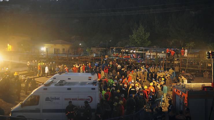 Mehr als vier Jahre nach dem schweren Grubenunglück im westtürkischen Soma mit mehr als 300 Toten hat ein Gericht einige prominente Angeklagte zu Haftstrafen verurteilt. Der Geschäftsführer der Bergbaufirma soll für 15 Jahre ins Gefängnis. (Archivbild)