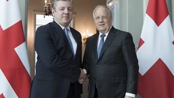 Bundespräsident Johann N. Schneider Ammann begrüsst Giorgi Kwirikashwili, Premierminister von Georgien, am Montag in Bern.