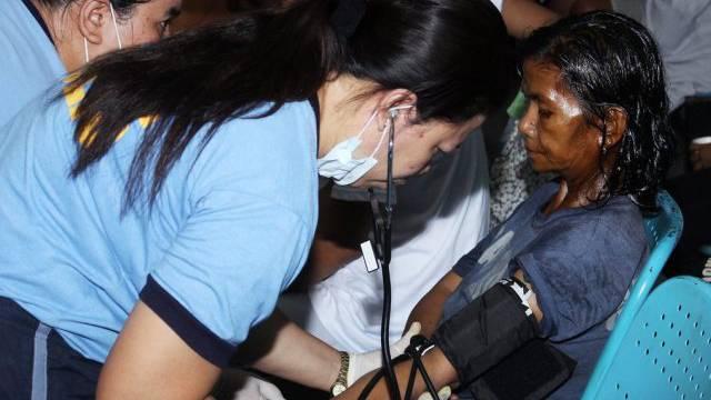 Retter leisten erste Hilfe bei Opfern des Schiffunglücks