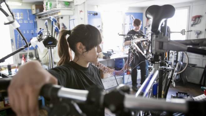 Lehrjahre als Fahrradmechaniker: Diese Berufserfahrung reicht den Unternehmen oft nicht. Foto: Keystone/Ennio Leanza