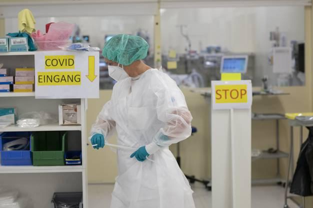 Die Mitarbeitenden, die sich um Covid-Patientinnen und Covid-Patienten kümmern, arbeiten in Schutzmontur.