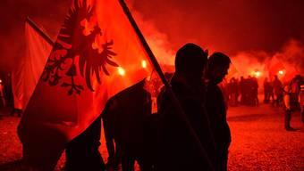 Nationalisten-Besammlung in rotem Schein in Warschau
