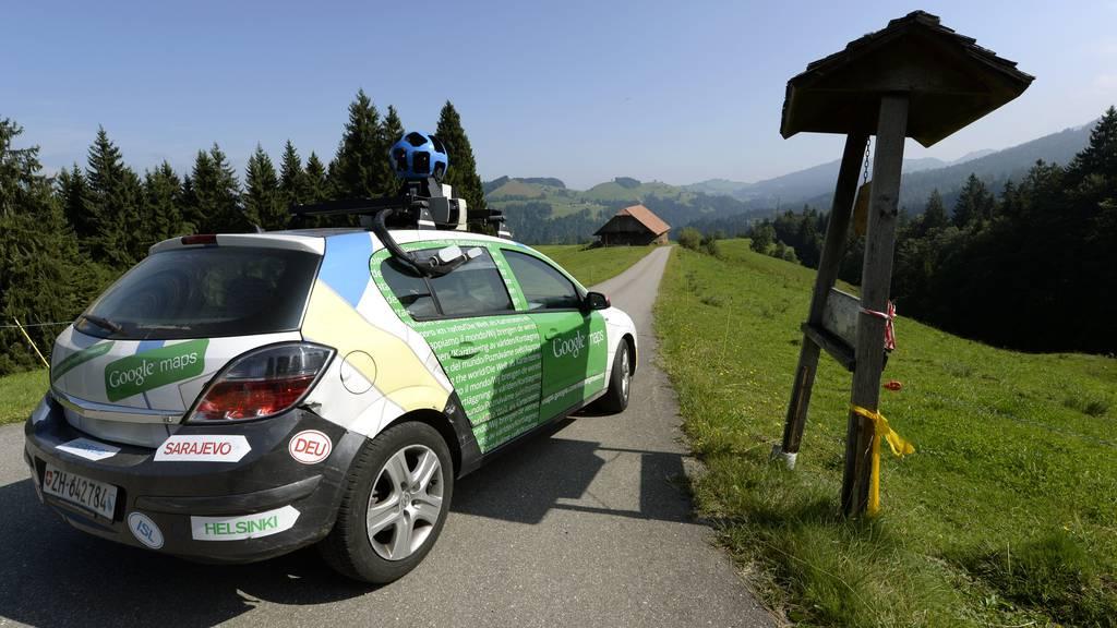 Ein Kamerafahrzeug von Google Maps faehrt am Freitag, 30. August 2013, auf einer Nebenstrasse bei der Alp Ltersarni.
