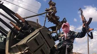 Mit Kalaschnikow auf dem Sowjet-Geschütz: Ein dänischer Dschihadist in einem syrischen Trainingscamp.key