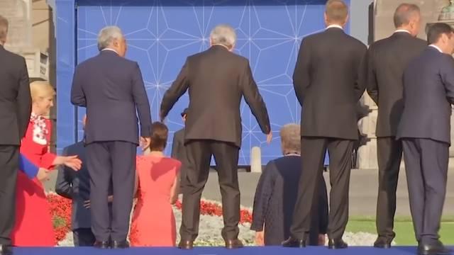 Juncker torkelt am Nato-Gipfel - neues Einkaufszentrum eingestürzt - bei über 100 km/h auf der Motorhaube