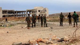Syrische Soldaten in einer Ortschaft bei Aleppo (Archiv)