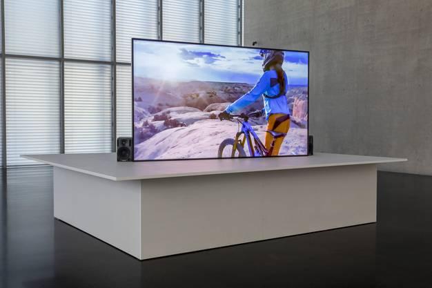 Wie tief gehen unsere Erlebnisse, wenn wir sie ständig mit der Kamera dokumentieren? Videoarbeit «Work, Summer 2018» im Erdgeschoss des Kunsthauses Bregenz.